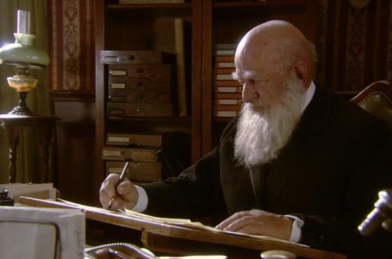 Charles Darwin (Manfred Eibisch) im Alter von 67 an seinem Schreibtisch in Down House