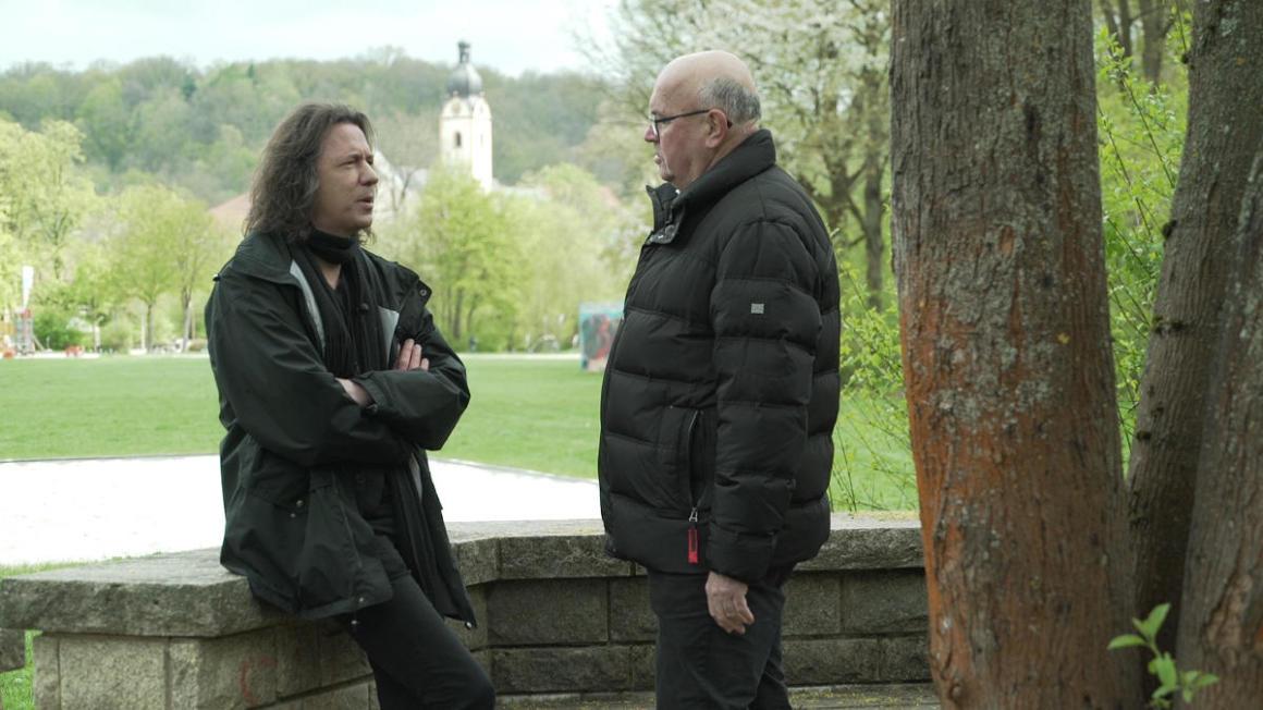 Pfarrer Amann und Pfarrer Langbein im Gespräch in Schwandorf